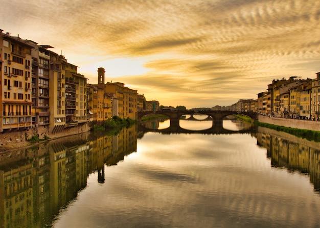 Hoge hoek schot van de sombere piazzale michelangelo van florence met reflecties in de rivier