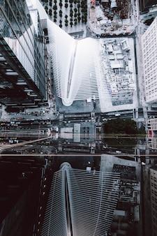 Hoge hoek schot van de wolkenkrabbers en de straten van new york city