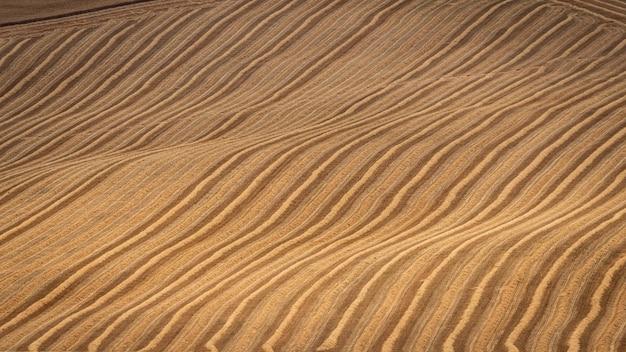 Hoge hoek schot van droge heuvels met natuurlijke lijnen