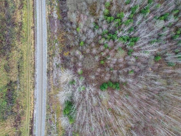 Hoge hoek schot van een veld met gedeeltelijk droog vanwege veranderingen in het weer