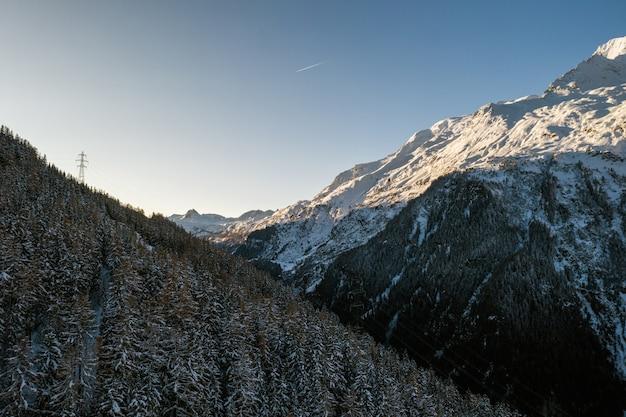 Hoge hoek schot van een wintersport dorp, sainte-foy-tarentaise in de alpen in frankrijk