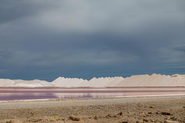 Hoge hoek schot van esthetische zoutpannen in bonaire, caribisch gebied