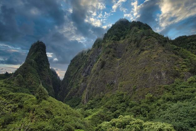 Hoge hoek schot van prachtige groene bergen onder de bewolkte hemel