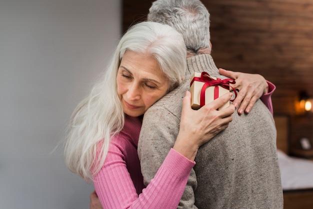 Hoge hoek senior koppel knuffelen