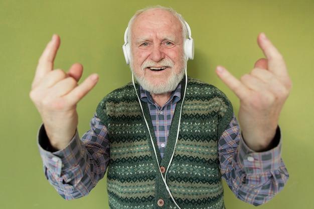 Hoge hoek senior luisteren rockmuziek