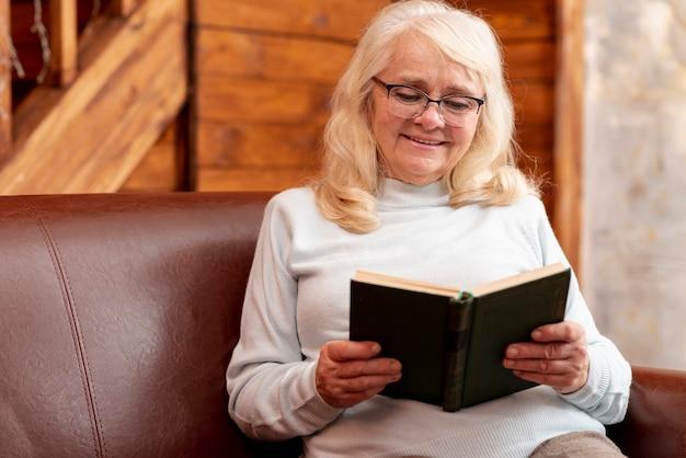 Hoge hoek senior vrouwelijke lezing