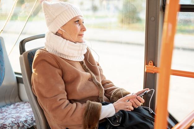 Hoge hoek senior vrouwelijke luisteren muziek