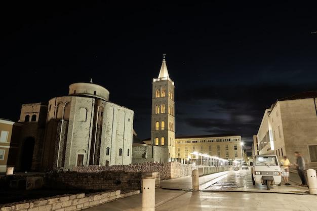 Hoge hoek shot van de kerk van st. donatus zadar in kroatië 's nachts
