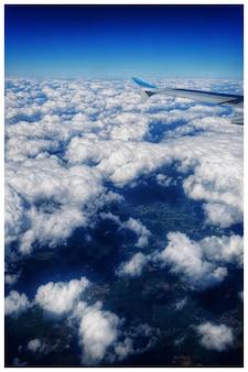 Hoge hoek shot van een prachtig uitzicht op zee wolken gezien vanuit het vliegtuig