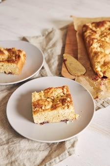 Hoge hoek shot van een stuk van heerlijke jerry crumble sheet-cake op een witte houten tafel