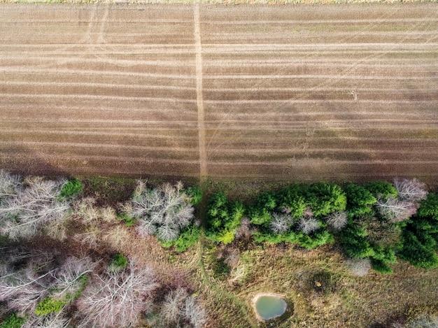 Hoge hoek shot van een veld met gedeeltelijk droog vanwege veranderingen in het weer
