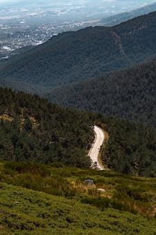 Hoge hoek shot van een weg door beboste heuvels