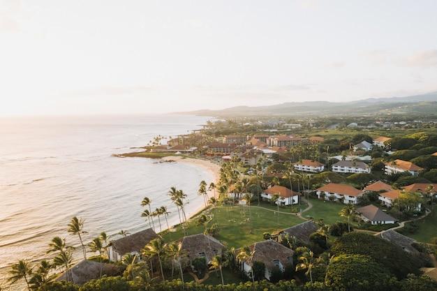Hoge hoek shot van gebouwen in een prachtige kust met een heldere blauwe lucht op de achtergrond