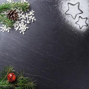 Hoge hoek shot van kerst ornamenten op een zwarte ondergrond