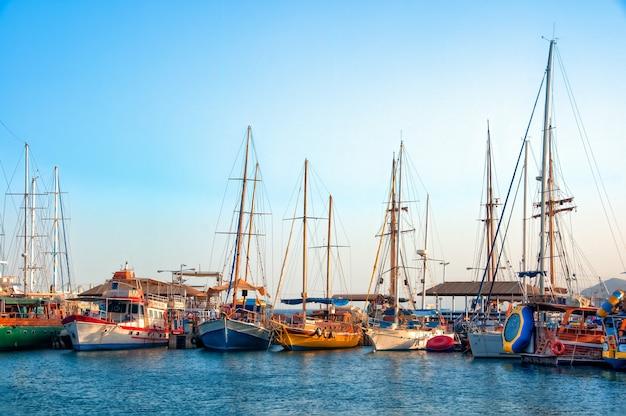 Hoge hoek shot van prachtige boten geparkeerd in het zuivere water overdag