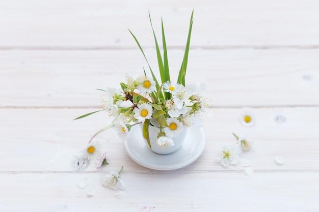 Hoge hoek shot van prachtige daises in een witte kop