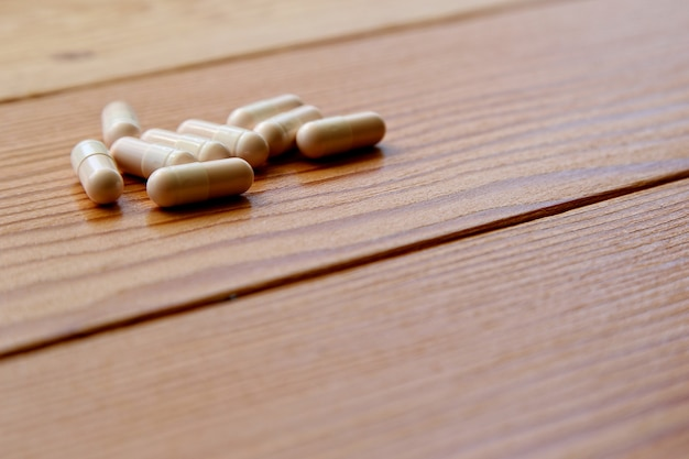 Hoge hoek shot van sommige capsules op een houten oppervlak