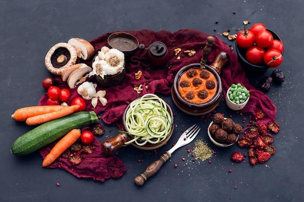 Hoge hoek shot van verse groenten op tafel gelegd