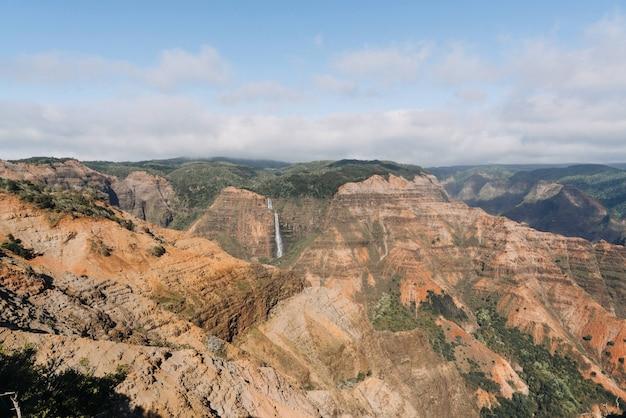 Hoge hoek shot van waimea canyon state park in de vs.