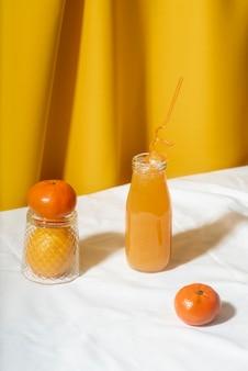 Hoge hoek sinaasappelsap in fles
