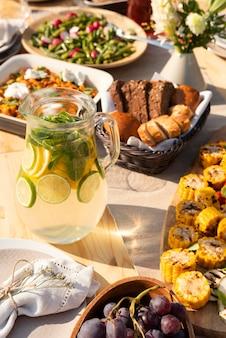 Hoge hoek smakelijk eten arrangement Gratis Foto