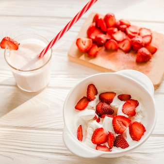 Hoge hoek smakelijke aardbeienyoghurt
