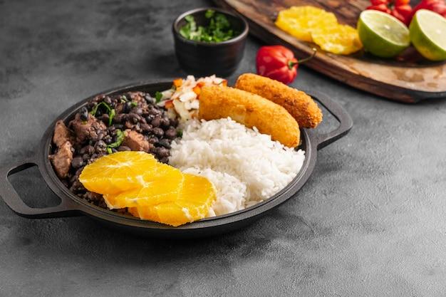 Hoge hoek smakelijke braziliaanse schotel met sinaasappel