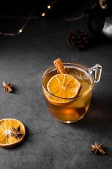 Hoge hoek smakelijke drank met oranje plak