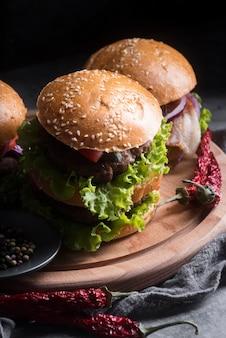 Hoge hoek smakelijke hamburgermenu arrangement