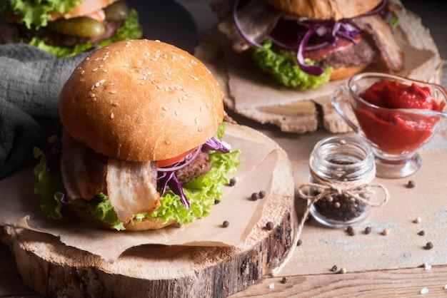 Hoge hoek smakelijke hamburgermenu assortiment