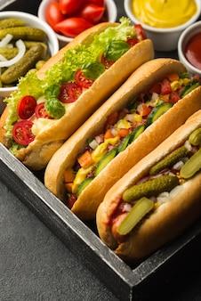 Hoge hoek smakelijke hotdogs met groenten