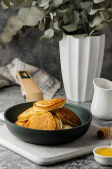 Hoge hoek smakelijke pannenkoeken in de pan