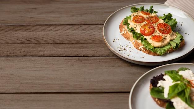 Hoge hoek smakelijke sandwiches met exemplaar-ruimte