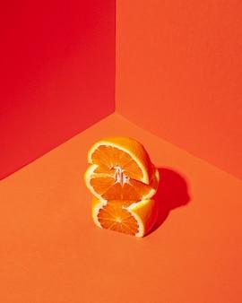 Hoge hoek smakelijke stukjes sinaasappel Premium Foto