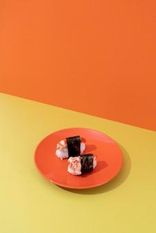 Hoge hoek smakelijke sushi op bord