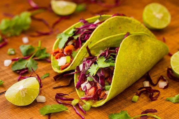 Hoge hoek smakelijke taco's op houten tafel