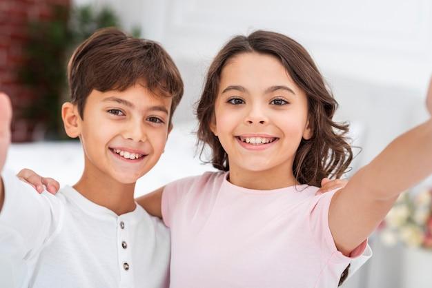 Hoge hoek smiley broers en zussen knuffelen