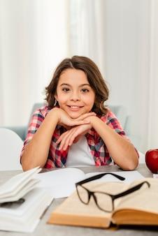 Hoge hoek smiley meisje op pauze van studie