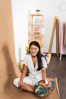 Hoge hoek smiley vrouw met palet