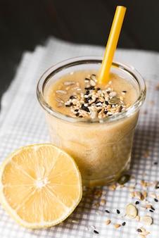 Hoge hoek smoothie met citroen