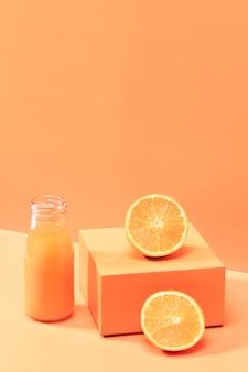 Hoge hoek smoothie met gesneden sinaasappels