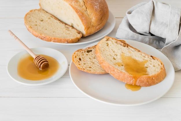 Hoge hoek sneetjes brood met honing
