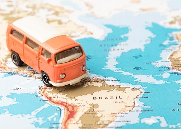 Hoge hoek speelgoed bestelwagen op wereldkaart