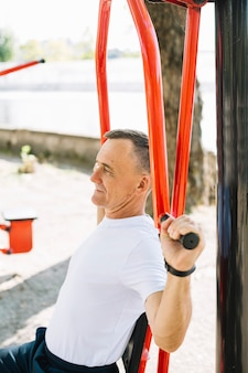 Hoge hoek sportieve senior uit te werken