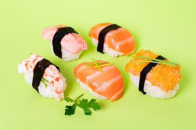 Hoge hoek sushi diversiteit op tafel