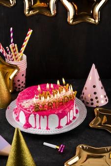 Hoge hoek taart en kaarsen arrangement