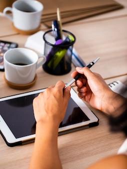 Hoge hoek tablet op bureaumodel