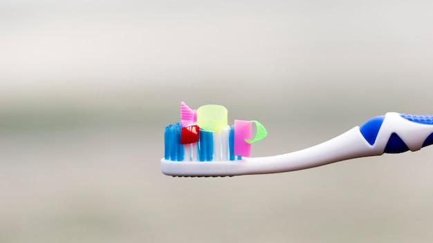 Hoge hoek tandenborstel met plastic stukjes