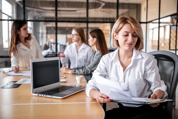 Hoge hoek teamvergadering voor het bedrijfsleven