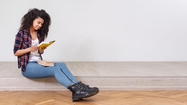 Hoge hoek tienermeisje lezen